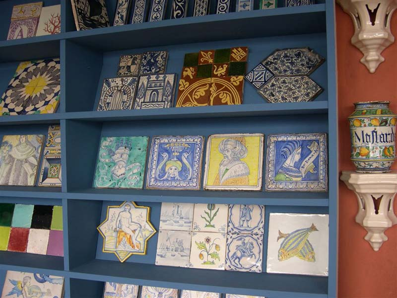 The Almaviva studio exhibits in its showroom its reproductions of azulejos, Delft tiles, majolica tiles ...