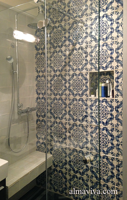 Shower decorated with Renaissance ironwork tiles