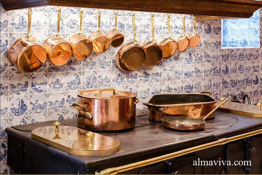 Un gros plan sur les carreaux de Delft décorant la cuisine de la Maison Caillebotte à Yerres